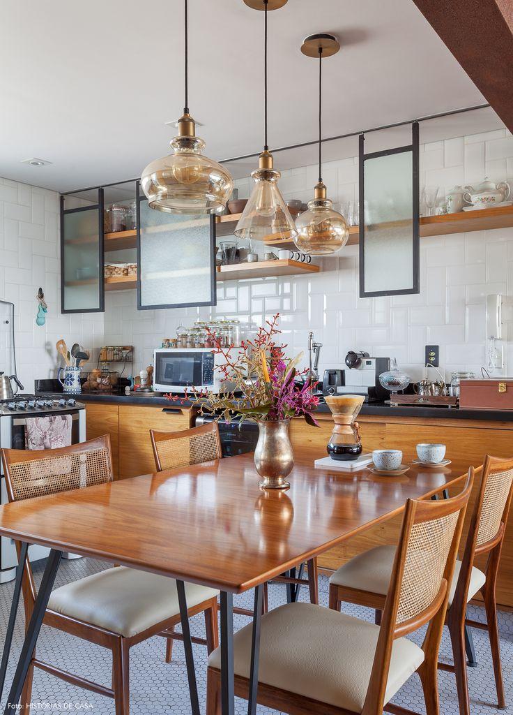 Cozinha integrada tem piso em formato de colméia, subway tiles e armário com estilo industrial.