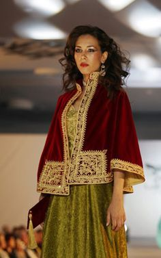Algerian fashion: red and green karakou, embroidered with fetla :  Fetla : broderie traditionnelle algérienne au fil d'or, née à Annaba, dont la particularité est de percer le velours en un seul point, et de réaliser une infinité d'enchevêtrements avant de revenir au point de départ.  Brève histoire de la Fetla : https://www.youtube.com/watch?v=iEBL9ZE67Ss