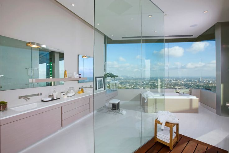 高台に建つ家の開放的なバスルーム