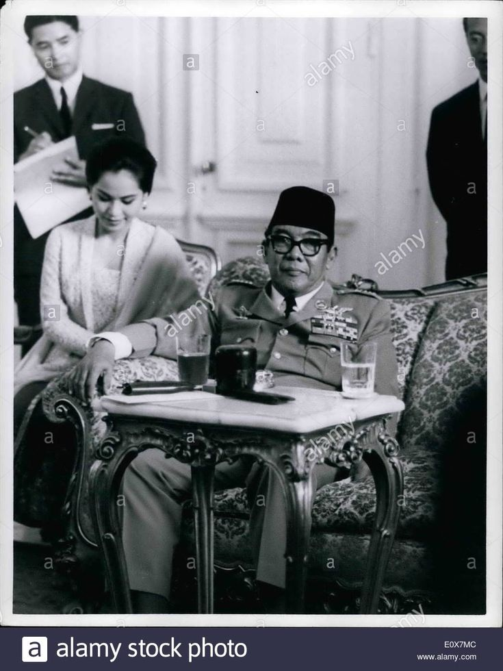 Download this stock image: Sep. 09, 1965 - President Sukarno of Indonesia with his last wife Devi at a press conference at Merdeka Palace in Jakarta. Septe - E0X7MC from Alamy's library of millions of high resolution stock photos, illustrations and vectors.