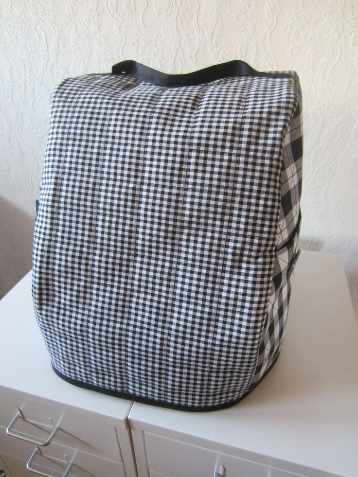 Tee-se-itse-naisen sisustusblogi: Serger Cover Sewn Out of Quilted Black and White Gingham Cotton Fabric