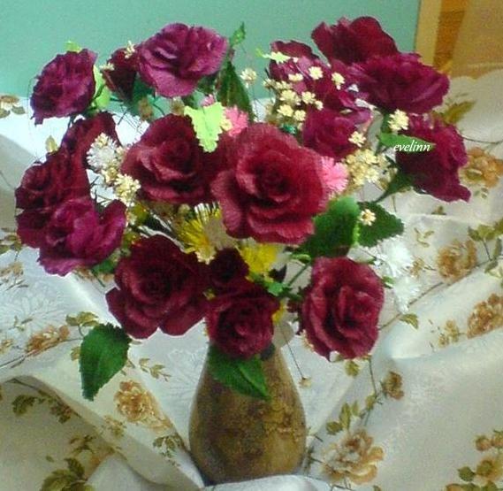 bukiet róż z krepiny