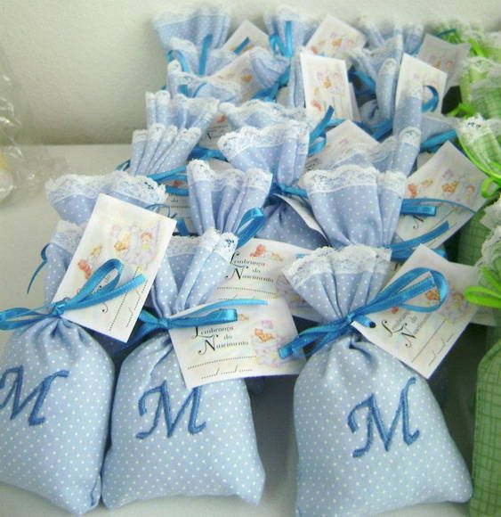 Sachê perfumado feito com tecido 100% algodão, para lembrancinha de nascimento e chá de bebê. Com monograma bordado e tag. Tecido poderá ser em outra cor se desejar. Aroma: Lavanda Talco Mamãe Bebê PEDIDO MÍNIMO 10 UNIDADES R$ 5,50