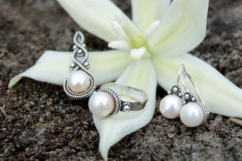 strieborná súprava s bielymi perlami - Čaro perál #handmade #svadba #svatba #wedding #handmadejewelry #sperk #rucnapraca #pearls #perly