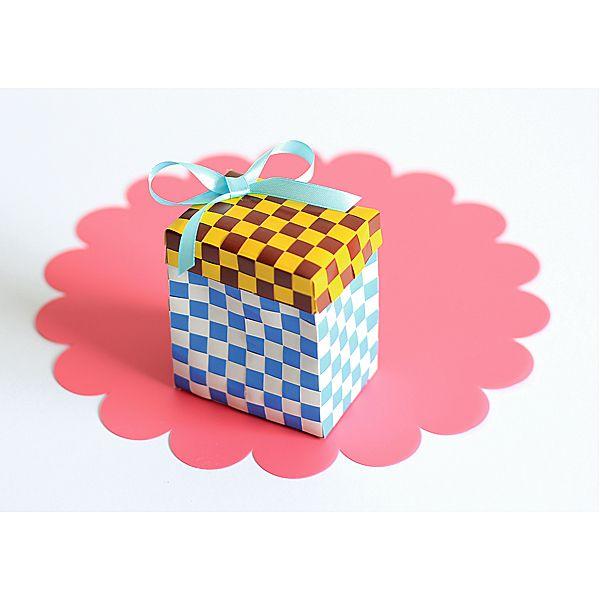Kreatywne pudełko na prezent DIY http://www.mojebambino.pl/akcesoria-do-quillingu-przeplatanki/352-paski-do-przeplatanek.html
