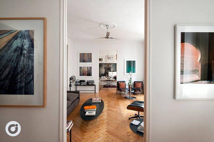 Una gran sala de estar proporciona espacios para compartir una conversación o relajarse en un marco incomparable. #piso #diseño #design #arquitectura #decoración