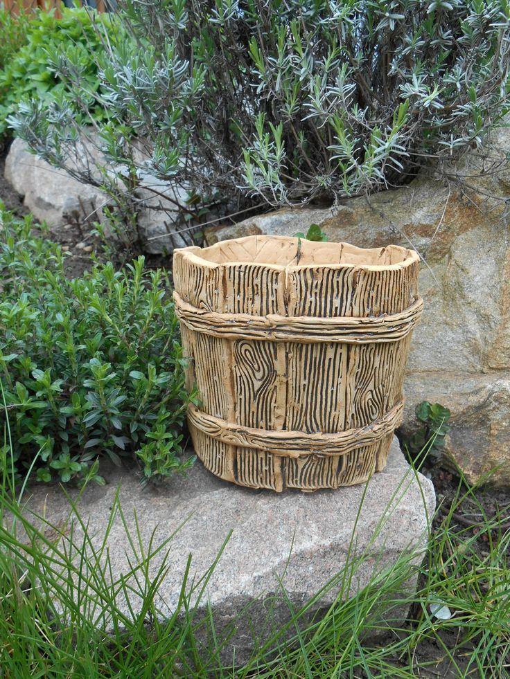 přírodní s dřevěným dekorem keramický obal na květináč na venkovní použití, uvnitř glazován, tvarován ručně - lze použít i jako květináč bez odtokové dírky výška 13 cm, vnitřní průměr horního okraje 13 cm ....zasílám jako křehké zboží