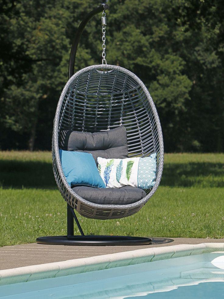 Donkergrijze hangstoel aan het zwembad met blauwe kussens