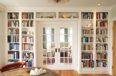 room: Home Office, Traditional room by Urban Dwellings, LLC Love the doors surrounded by built in bookshelves. Perfect for a home office/library.