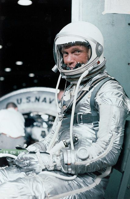 Mr. Glenn was a symbol of the space age as the first American to orbit Earth, then became a national political figure representing Ohio in the Senate.