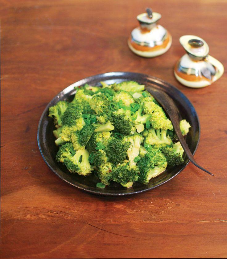 Brócolis no vapor com molho de shoyu | Receita Panelinha: O brócolis ninja, que tem mais floretes do que talos, é perfeito para esta receita com inspiração oriental. Dá até pra fazer no micro-ondas!