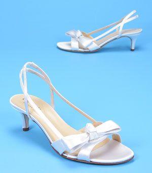 Fotos de Zapatos Bajos para Novias. En esta oportunidad te mostrare fotos de zapatos bajos para novias. Si eres una novia alta y tu novio no destaca equitativamente por su estatura, tienes qu