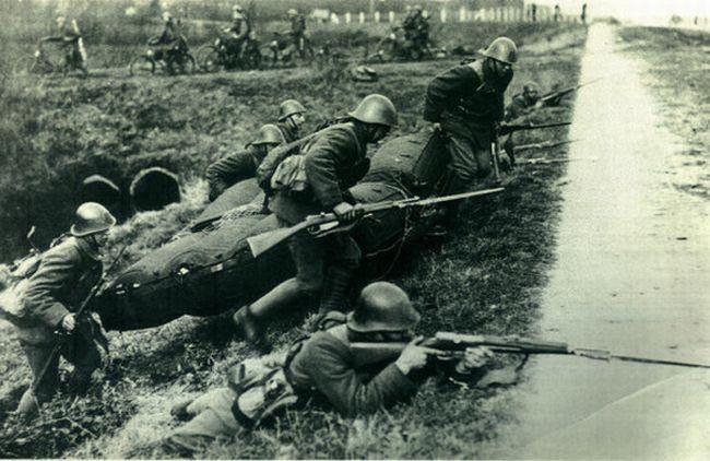 Dutch soldiers during the invasion of the Netherlands. Dutch bicycle soldiers in the background.