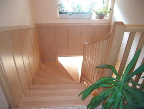 Beltéri fa lépcső bükk lépcsőlapokkal falburkolattal