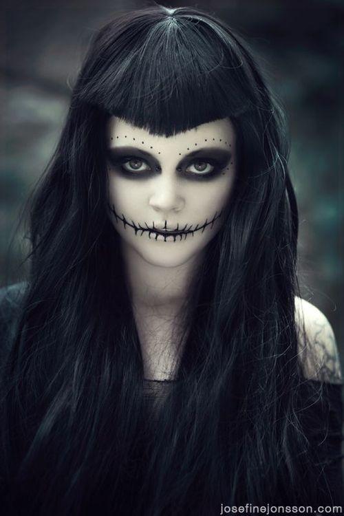 lange, schwarze Haare mit Halloween Make-Up