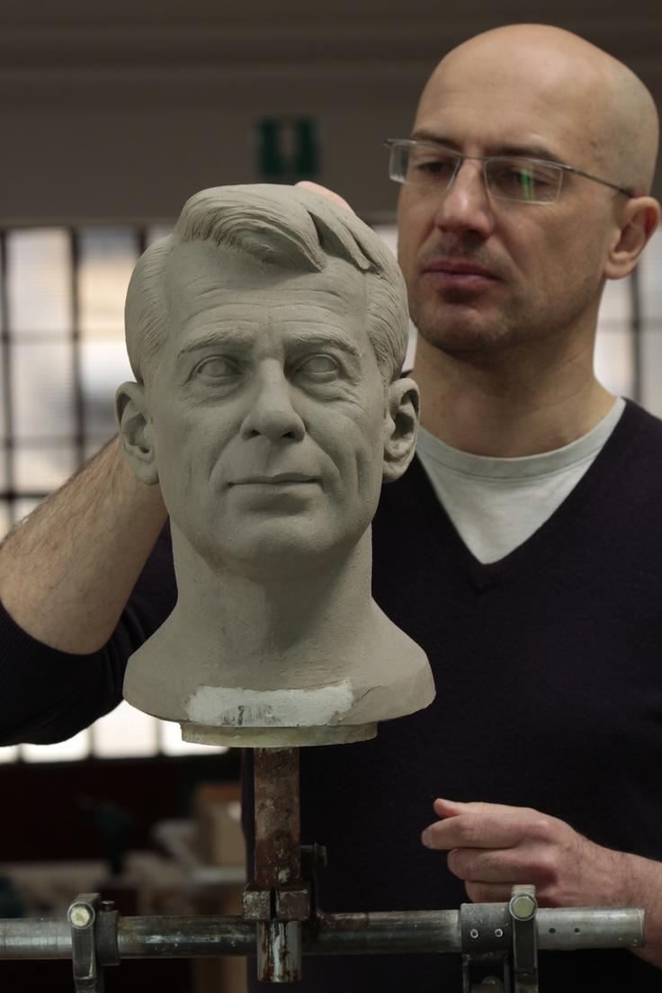 Michele Guaschino nasce a Torino nel 1966. Dopo il liceo artistico segui' la sua passione per le maschere e il trucco cinematografico e nel 1991 apri' un suo laboratoratorio. alla fine degli anni '90 inzio' a lavorare come scultore e realizzatore per concettuali, mantenendo sempre un piede nell'ambito dello spettacolo.