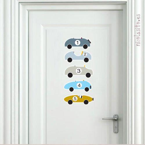 Letrero Baño Vintage:vinilos de coches vintage azules decorando la puerta del dormitorio de