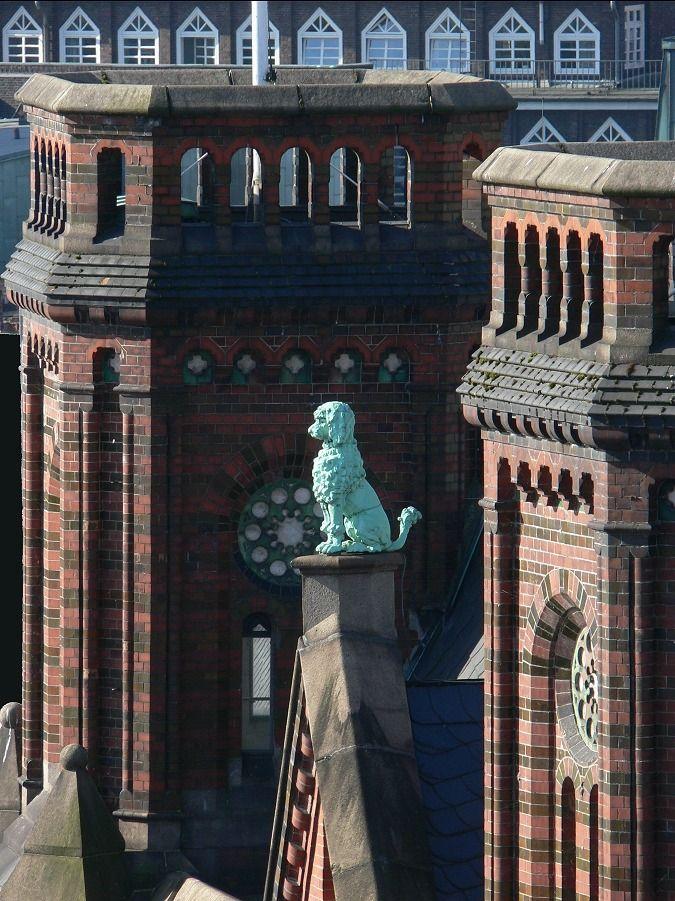 """Laeisz-Hof, Hamburg-Altstadt.Detailaufnahme des kupfernen Pudel. F.Laeisz' Schwiegertochter,wg. ihrer Frisur """"Pudel"""" genannt,war Namensgeberin eines Laeisz-Schiffes. Seitdem trugen alle Schiffe der Reederei einen Namen mit """"P"""".(Schümanns Hamburger)"""