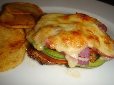 Nem vagyok mesterszakács: Fűszeres frissen sült karaj, lila és póréhagymával, zöldpaprikával, paradicsommal, bacon szalonnával, és vegyes sajttal sütve