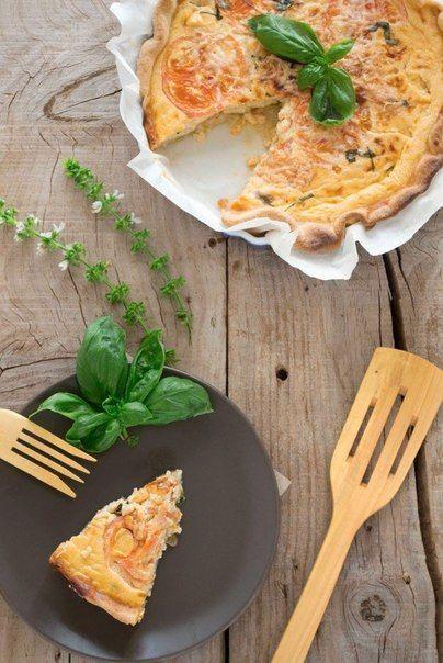 Еще больше рецептов здесь https://plus.google.com/116534260894270112373/posts  Киш с сыром, помидорами и базиликом  Ингредиенты: Тесто: 150 мл оливкового масла 160 г воды 350 г муки 1 чайная ложка соли   Начинка:  3 яйца, взбить  2 помидора половина луковицы 1 стакан сливок или молока 1 головка сыра моцарелла 45 г листьев базилика, нарубить  соль и перец  Приготовление: Нагрейте на сковороде оливковое масло в течение 2-3 минут, затем добавьте муку, перемешайте. Посолите и влейте воду…