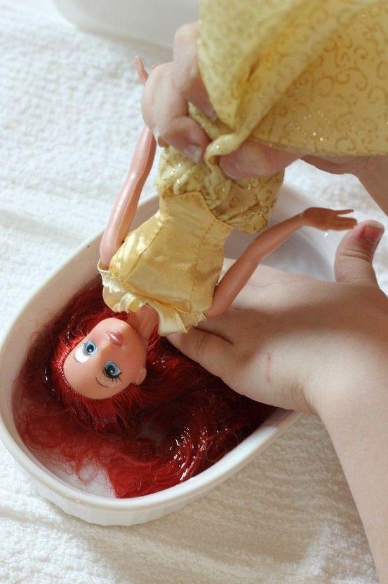 Haar van barbie wordt weer zacht als je een badje met wasverzachter gebruikt en dan goed borstelen! Handig om te weten!!!