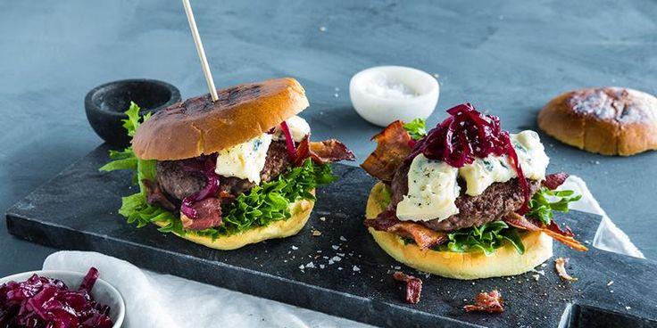 Baconburger med blåmuggost og karamellisert løk -