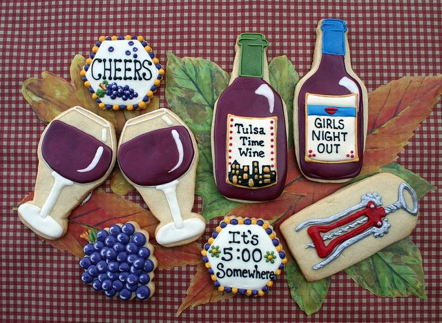 Happy Hour Wine Tasting Party Iced Decorated Sugar Cookies - glasses, grapes, wine opener.  Galletas decoradas / Iced biscuits.  Girls Night Out..or in!