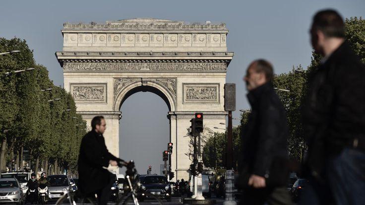 Ce dimanche 23 juillet est marqué par l'arrivée du Tour de France à Paris après trois semaines de course. Toutes les mesures ont été prises pour sécuriser l'arrivée des cyclistes, comme le détaille notre journaliste présente sur place.