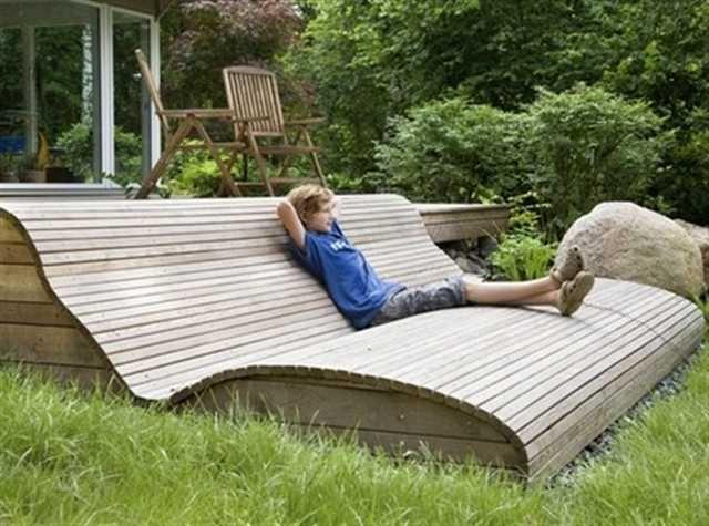 Soffa från altan till trädgård En bred trappa från altanen till trädgården gör att altanen inte känns så begränsad