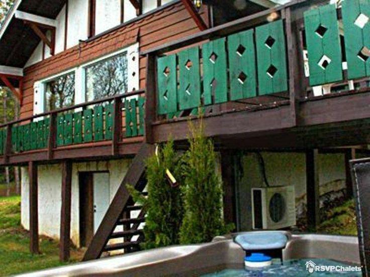 Le Bavarois No 5 un Chalet Romantique avec un Spa extérieur. Un régal pour l'hiver dans les Laurentides #spa #laurentides #chalet #cottagelife