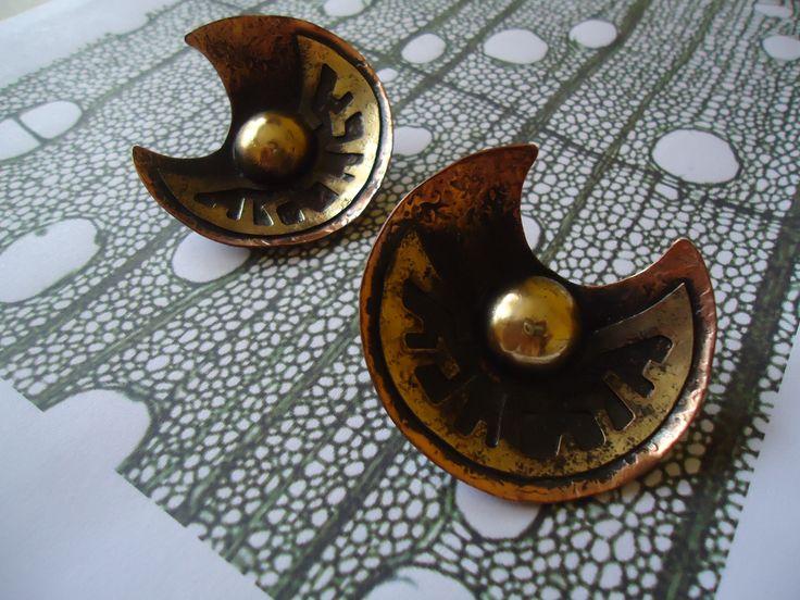 Aros de cobre, calados y semi esfera de bronce.