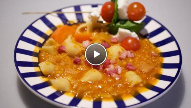 stukken. Pel en snijd de knoflook fijn.Verhit een scheutje olie in een (soep)pan en bak de ui, wortel, prei en knoflook circa 3 minuten.Voeg de...
