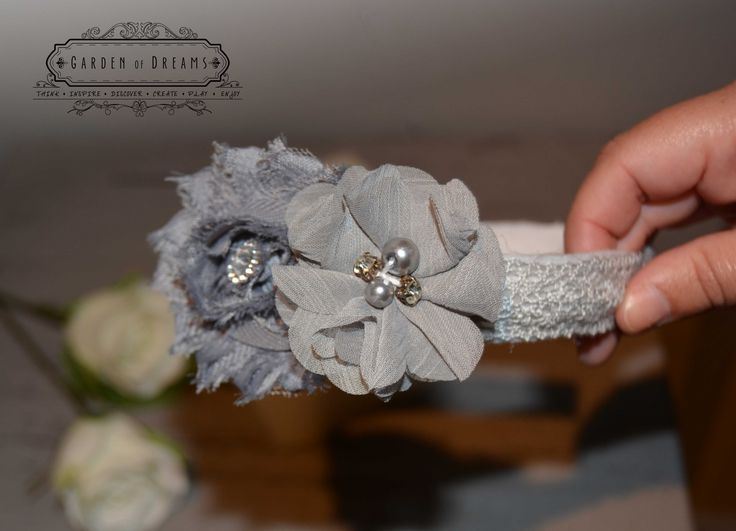 Detalle de diadema forrada con flores plateadas #diademas #plata #gris #flores #niñas