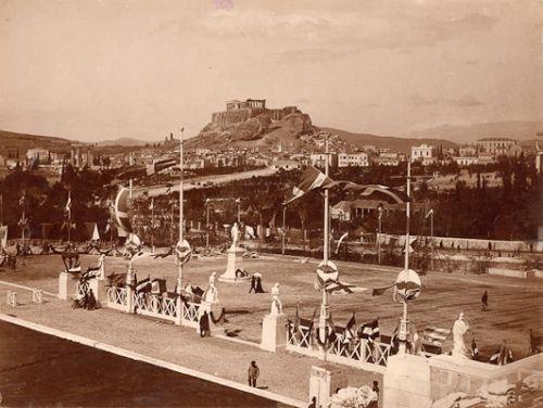 Είσοδος Παναθηναϊκού Σταδίου στους Α΄ Ολυμπιακούς Αγώνες. Αριστερά η λεωφ. Βασ. Ολγας. Μπροστά, οι κήποι του Ζαππείου είναι ακόμα κηπάρια (1896)