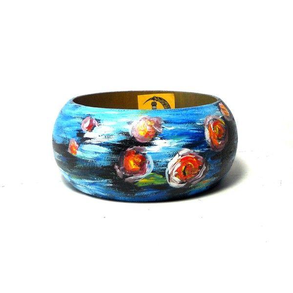 Br92 Bracciale in legno dipinto a mano Ninfee Monet  30.00€  Bracciale in legno dipinto a mano LE NINFEE, MONET, su bracciale bombato in legno. Diametro interno di 6,5 cm e altezza 4,5. I colori della creazione possono essere leggermente diverse da come appaiono in foto.