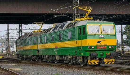 Data: 24 Wrzesień 2016 Miejsce Wykonania: Ostrava Lokomotywa: Škoda 131 007-7/008 Opis: Świeży Słowacki Łamaniec manewruje po w/w stacji.