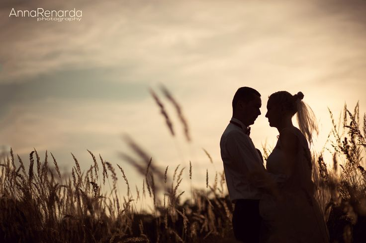 Bridal sessiont on a field of autumn grass by annarenarda.com