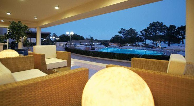 À beira-mar perdido no barlavento algarvio, o Hotel Porto Bay Falésia é daqueles quartéis-generais para umas férias inesquecíveis. Tirando um pulo a Albufeira para ver se a civilização ainda lá estava, não arredei pé do hotel.