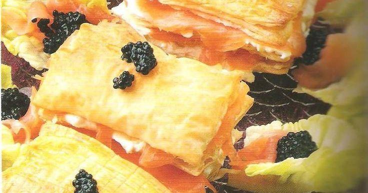Fabulosa receta para Mil hojas de salmón. Con masa hojaldrada rellenos de queso, salmón ahumado, lechuga y huevas, deliciosos.