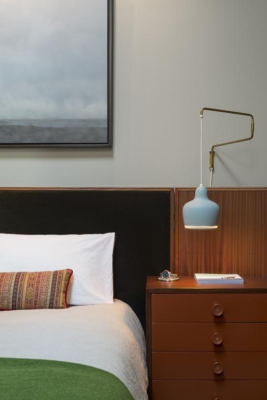 UN DETTAGLIO DELLA CAMERA DA LETTO Lampada regolabile di Alvar Aalto da Artek, sul letto 'Otto' by Andrew Franz. L'opera sulla parete è di Peter Margonelli.