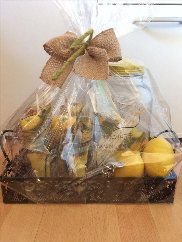 Ein Geschenk für eine hübsche Feier im Garten oder auf Balkonien.  Tablett, 4 Gläser, Zitronen, Strohhalme, großes Zapfglas.🍹🍸🍋