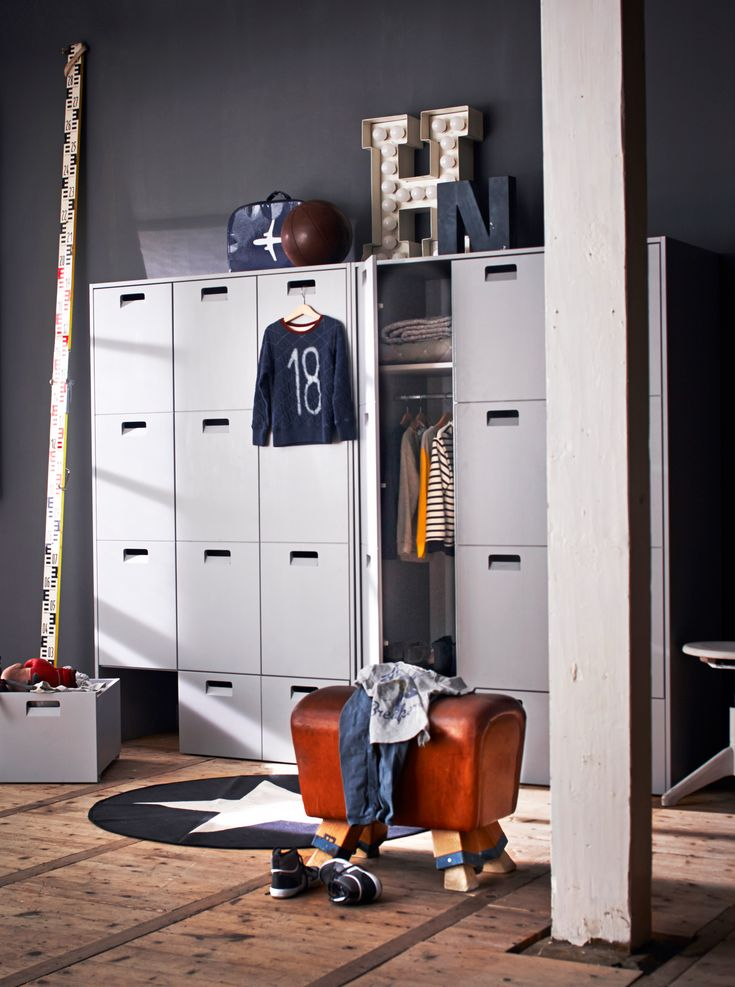 Childrens bedroom with a wooden floor, grey closet/locker Store, a leather gymnastics stool and big typography letters,  accessoires by Livv Lifestyle, @brutamsterdam, Six and Sons, Neef Louis, Bellerose, Keet in Huis and &Klevering. | Styling @cscheulderman | Photographer Jeroen van der Spek | vtwonen May 2015 | #vtwonencollectie