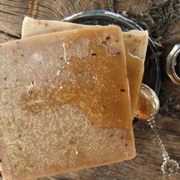 """Zielona herbata & miód wyjątkowo nawilża, nadaje się zarówno do cery trądzikowej, jak i mycia włosów. Zielona herbata ma silne właściwości przeciwutleniające i antyrakowe; miód z herbatą zawsze szły w parze, a w mydle """"utwalono"""" ich przyjaźń. W każdej kostce mydła jest 1 łyżeczka miodu."""