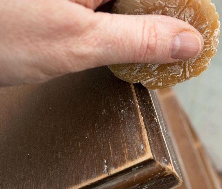 meubles vintage à faire à la maison avec cire sur les bords avant la peinture