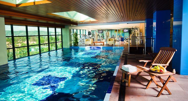 """Situat la ultimele doua nivele ale Hotelului, cu o piscina panoramica superba """"suspendata"""" deasupra orasului si o atmosfera tonifianta, Salute Per Aqua SPA este un spatiu dedicat in intregime relaxarii."""