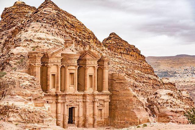 Burası Ürdün'ün Petra kentinden bir görünüm.👀 UNESCO tarafından koruma altına alınmış durumda. Şehir milattan önce 400 ile milattan önce 160 yılları arasında Nebatiler'e başkentlik yapmış. Şehrin bir diğer bilinen adı ise Gül Şehri.🌹Toprak ve yapıların güle benzeyen rengi nedeniyle böyle bir isim almış. Fotoğrafta yer alan yapı ise El Deir olarak da bilinen manastır.🏛 50 metre genişliğinde, 45 metre yüksekliğinde taşa oyulmuş bir yer. Nebati mimarisinin de klasik eserlerinden🏺 #milliyet…