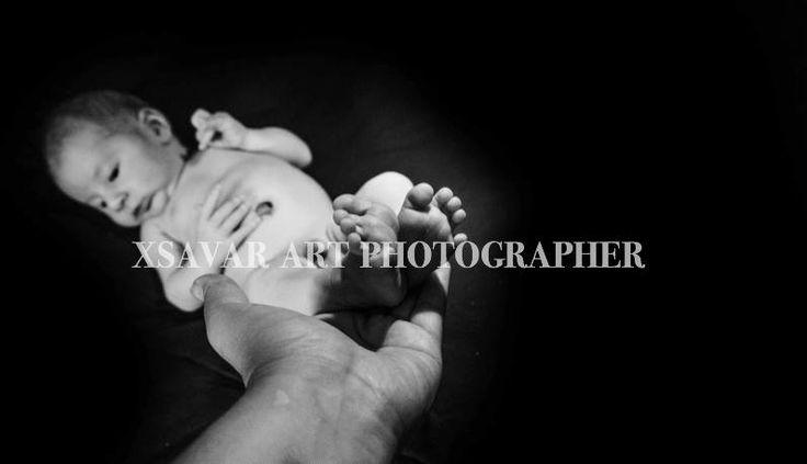 La mia manona da fotoreporter... Con in mano i piccolissimi piedini di un esserino di 5 giorni... Non smetteranno mai di commuovermi. Quanta bellezza nella purezza...e quanta ne abbiamo dimenticata, perduta. Come tenere in mano due fiori rari e meravigliosi. La Bellezza... E' vita.