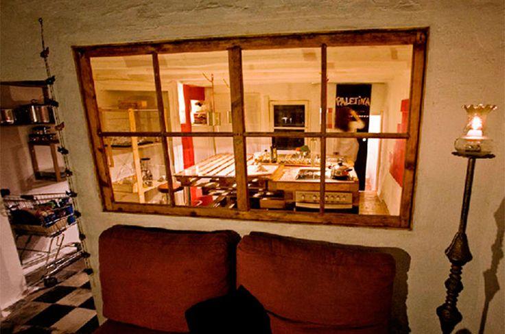 Com o objetivo de criar uma cozinha rústica, os designers espanhóis Alessandra Samson e Paco Serinelli percorreram as ruas de Barcelona, na Espanha, procurando materiais que poderiam compor o projeto. Um deles foi o pallet, que fez acontecer a ideia dos artistas de ter divisórias ambientalmente corretas com praticidade.