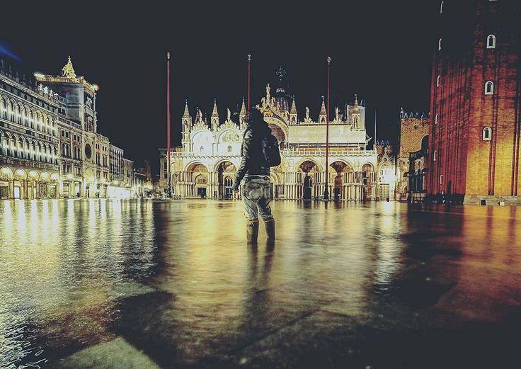 """@Regrann from @andrea_toffanello - """"Fra questi pilastri si apre una luce abbacinante e in mezzo ad essa mentre avanziamo lentamente vediamo ergersi il campanile di San Marco sopra un lastricato di pietre a scacchiera mentre da ogni lato gli innumerevoli archi si prolungano in ordinata simmetria come se i casamenti rozzi e irregolari che sovrastano la viottola scura avessero receduto ubbidendo celeri ad un comando e i loro muri in rovina e i grezzi edifici si fossero trasformati in arcate…"""