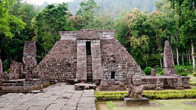 Candi Sukuh (Sukuh Temple / Templo Sukuh) by Marina & Enrique, via Flickr